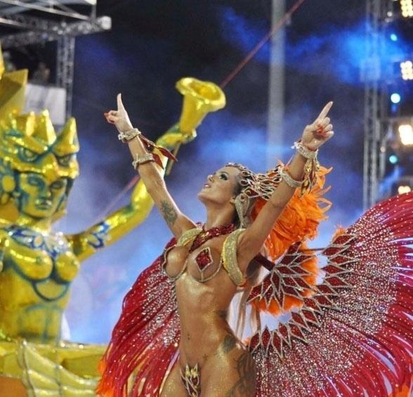 1.fev.2016 - Thalita Zampirolli apareceu de vermelho, dourado e laranja no desfile da Escola de Samba Independente de Boa Vista em Vitória, no Espírito Santo. O Carnaval da cidade acontece uma semana antes dos tradicionais desfiles de São Paulo e do Rio de Janeiro