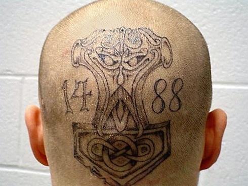 """9.mar.2016 - 88: os números têm relação com um grupo neonazista, segundo a SSP-BA. O oito é referência à letra H que, usada duas vezes simbolizaria a frase nazista """"heil Hitler"""""""
