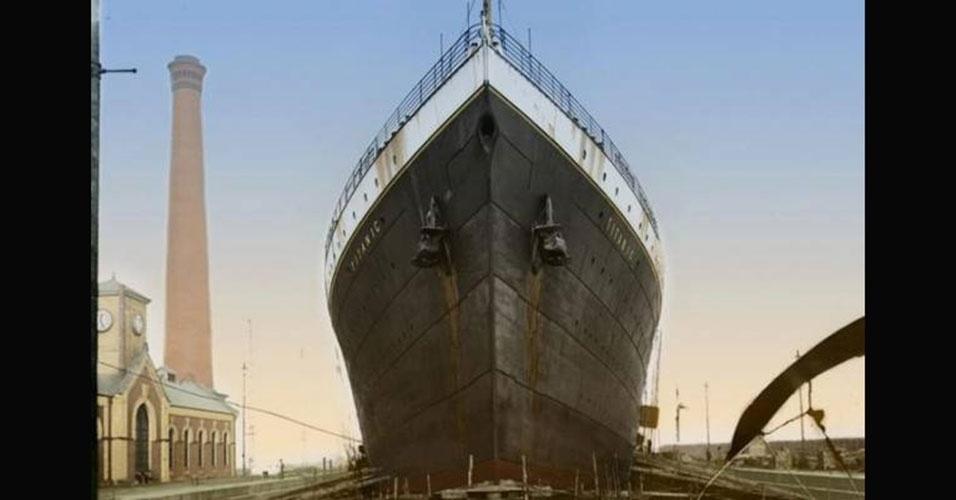 Após colidir com um iceberg, o casco do Titanic ficou danificado, e a água passou a preencher compartimentos do navio, que começou a naufragar. O projetista Thomas Andrews, um dos funcionários da Harland & Wolff, empresa responsável por construir o Titanic, foi quem fez o diagnóstico preliminar sobre o abalroamento do navio. O depoimento de Thomas, que não sobreviveu ao naufrágio, foi repassado por tripulantes sobreviventes