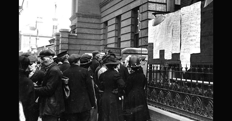 Multidão confere a lista de mortos no naufrágio do Titanic em lista anexada na prefeitura de Southampton, na Inglaterra, de onde a embarcação partiu com destino a Nova York no dia 10 de abril, quatro dias antes de o navio colidir com um iceberg no Oceano Atlântico