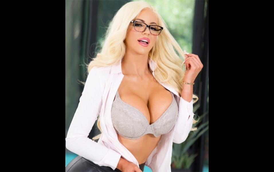 """12.jul.2017 - Modelo de biquíni, lingerie e estrela de ensaios em revistas masculinas durante anos, a norte-americana Nicolette Shea, de 30 anos, entrou recentemente para a indústria de filmes adultos. Ao postar uma foto anunciando uma nova cena que protagonizou, a gata brincou no Instagram. """"Seu trabalho é tão divertido quanto o meu?"""", indagou a musa na legenda da imagem em que aparece vestida de secretária sexy. A nova cena em que Nicolette mostra todo o seu talento se chama """"Mostre a Ela Quem é o Chefe"""""""