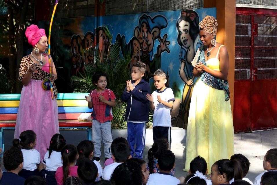 Crianças participam de performance e brincam de capoeira com as princesas guerreiras