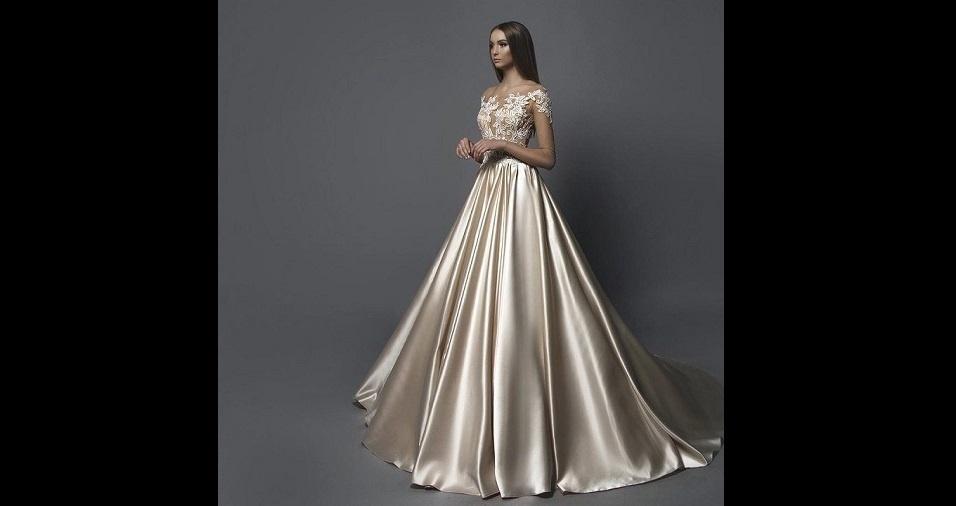 28. O dourado é para brilhar! E qual noiva não quer brilhar muito na sua noite? O dourado pode substituir o branco em modelos clássicos de vestidos