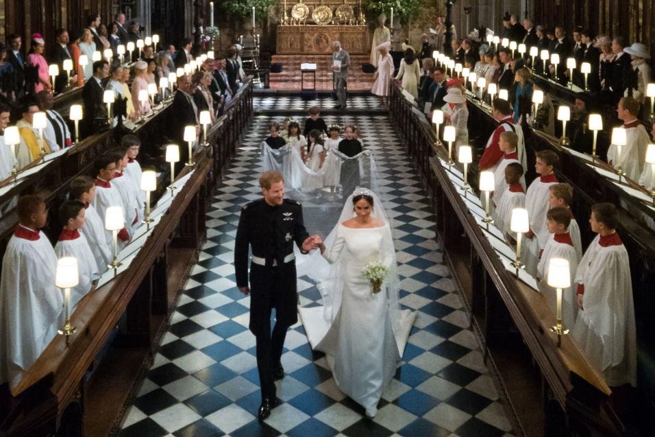 Príncipe Harry e Meghan deixam o altar após a celebração do casamento real na Capela de São Jorge, em Windsor