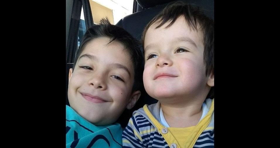 """""""Vinícius e Otávio são os meus bens mais preciosos, meus dois filhos"""", declaram a mamãe Maria Clara Xavier e o papai Wanderley Xavier, de Belo Horizonte (MG)"""