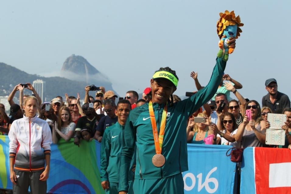 18.set.2016 - No último dia de competições, Edneusa de Jesus Santos Dorta conquistou o bronze na maratona, classes T11 e T12, prova realizada em Copacabana