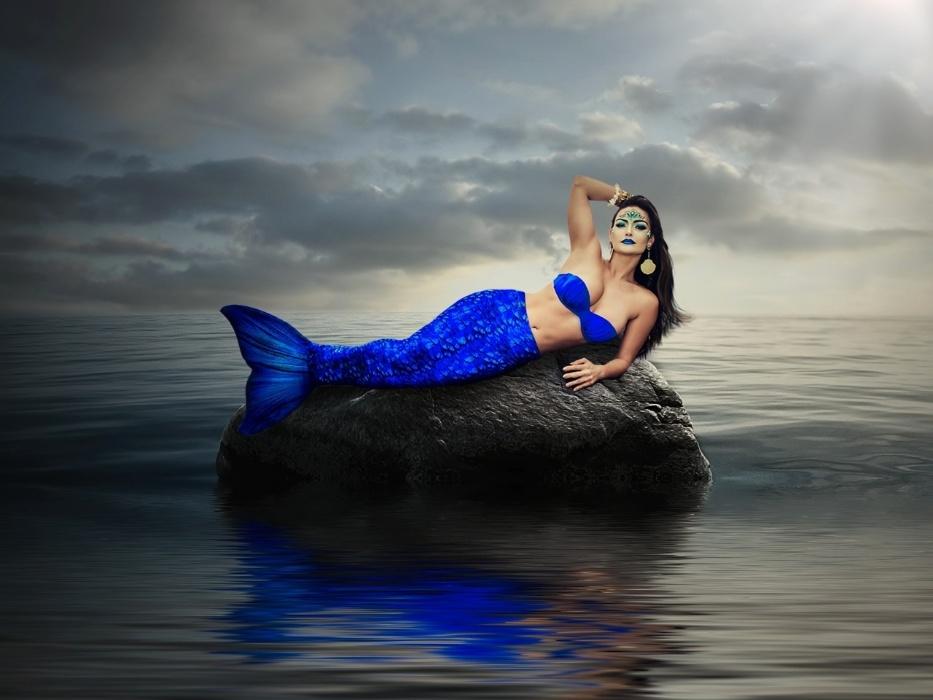 14.out.2016 - Ensaio da sereia Laura Keller à beira do mar teve ares de superprodução