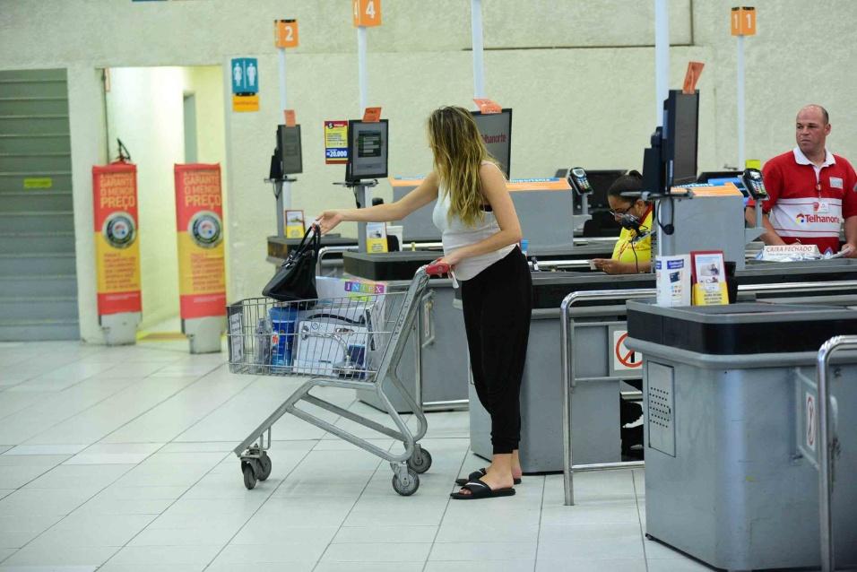 19.dez.2016 - A apresentadora Rafa Brites foi flagrada fazendo compras sozinha em uma loja de materiais de construção