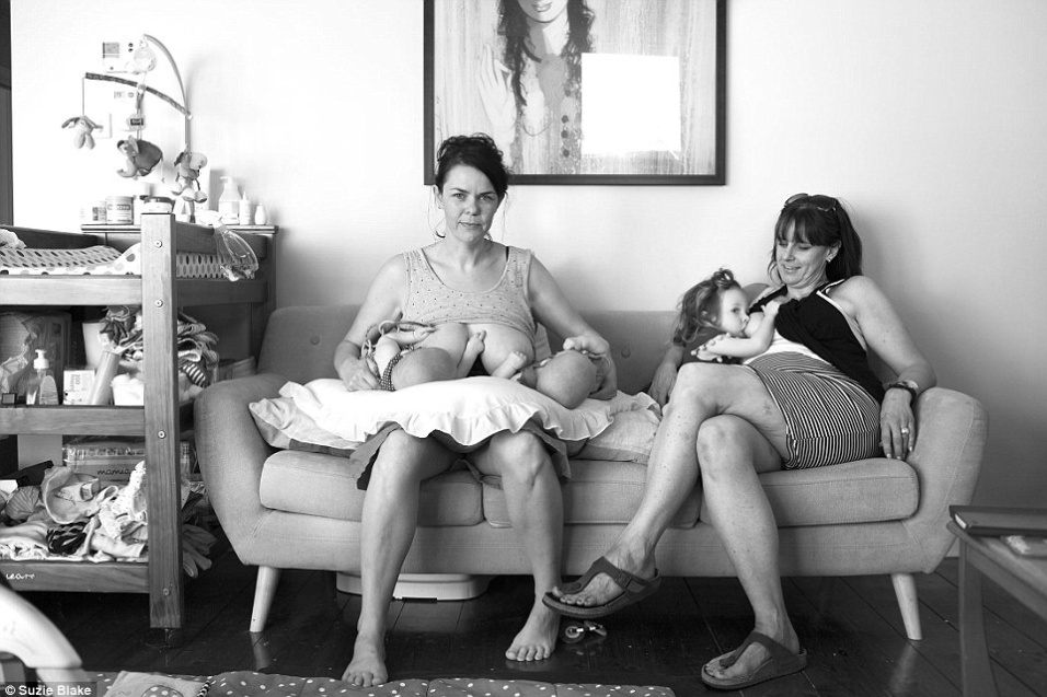 """17.nov.2015 - """"A maioria das fotos eram estilizadas, retocadas e irrealistas. Elas retratavam uma fantasia?, afirmou a fotógrafa ao Daily Mail sobre a ideia de retratar a realidade de mães durante a amamentação"""