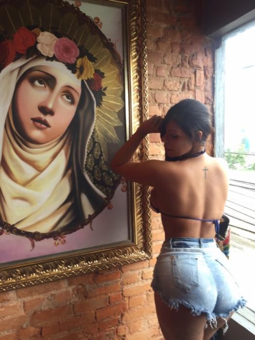 """4.dez.2015 - Miss Bumbum 2015 Suzy Cortez fez duas tatuagens inspiradas na fé: a frase """"Abençoada por Deus"""" nas costelas e uma cruz nas costas"""