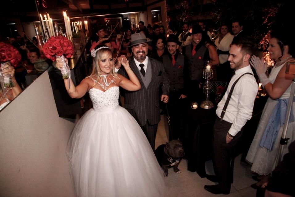17.jan.2016 - Vivi Fernandez e Fabiano dos Santos comemoram ao deixar o altar. A apresentadora e o tatuador se casaram neste domingo (17), em São Paulo, em uma cerimônia para 50 amigos e parentes