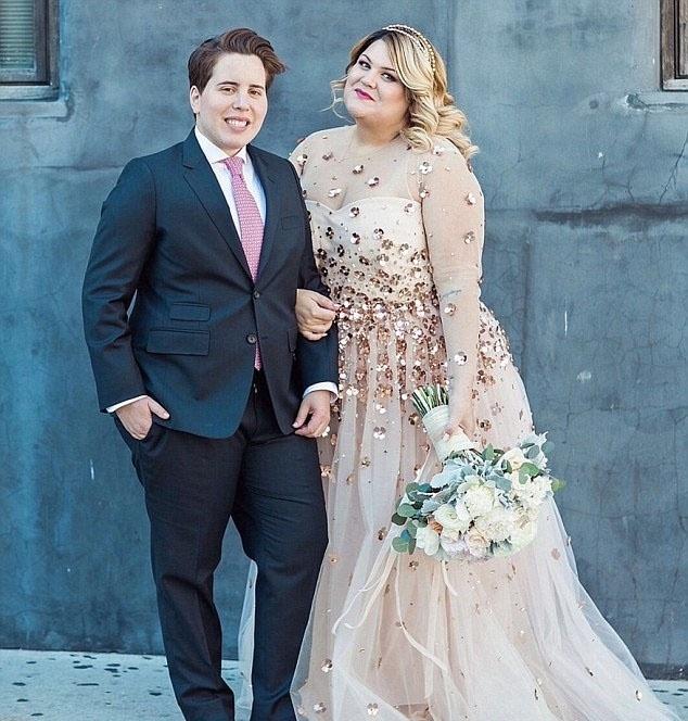 2.fev.2016 - Nicolette Mason, à direita, com sua esposa, à esquerda. Ela foi uma das 105 noivas plus size que apresentaram as suas fotos do casamento para a blogueira Lolly