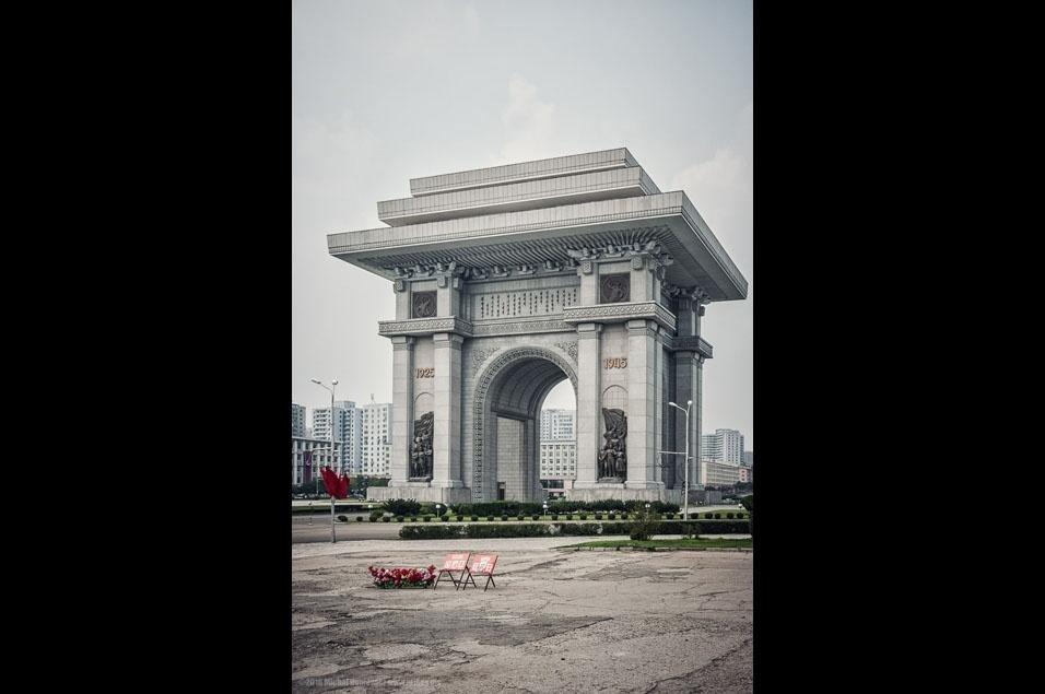 """74. """"Construído para comemorar a resistência coreana ao Japão entre 1925 e 1945, este é o segundo arco triunfal mais alto do mundo. O primeiro está no México"""""""