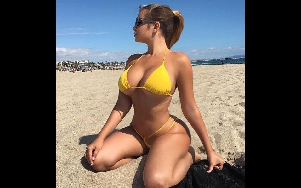 """15.jun.2016 - A modelo russa Anastasiya Kvitko prova a cada dia que de russa não tem nada. Não bastasse as curvas """"à brasileira"""", a loira, que mora em Miami, sempre aproveita o clima quente, bem diferente de sua terra natal, para curtir uma praia. No Instagram, a gata postou uma foto de um desses momentos, pegando um bronzeado com um biquíni fio-dental amarelo. Um fã brasileiro da musa russa curtiu o clique: """"Desenhada com perfeição pela a mão da natureza"""", escreveu ele"""