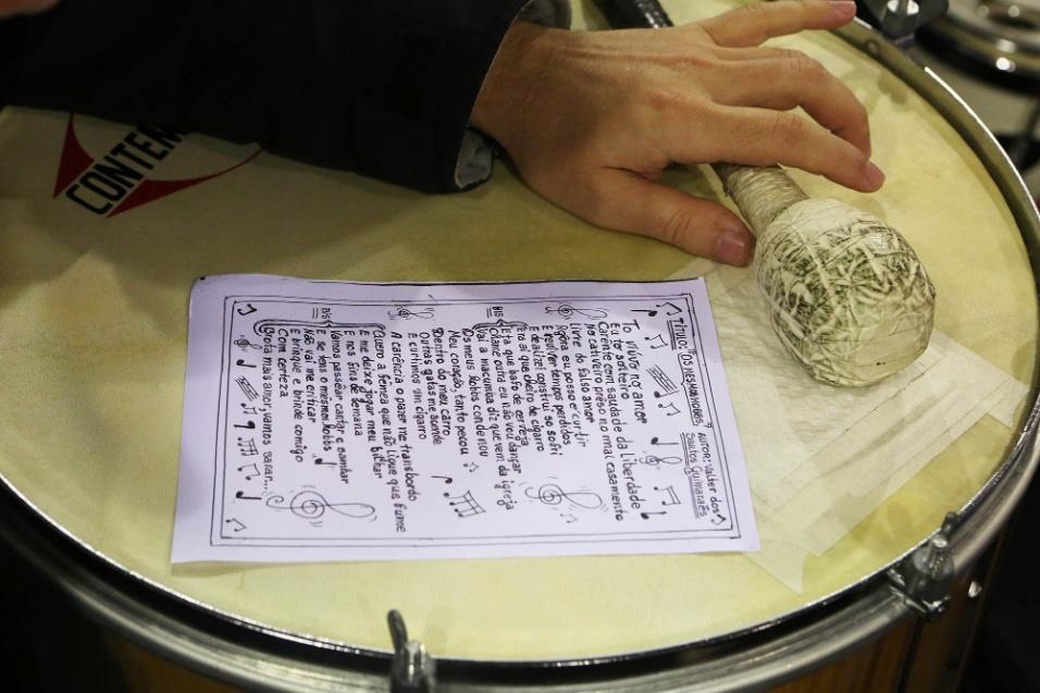 Detalhe de uma das letras apresentadas no Samba da Vela, apoiada no couro do surdo da roda, que se apresenta todas as segundas-feiras na Casa de Cultura de Santo Amaro, em São Paulo