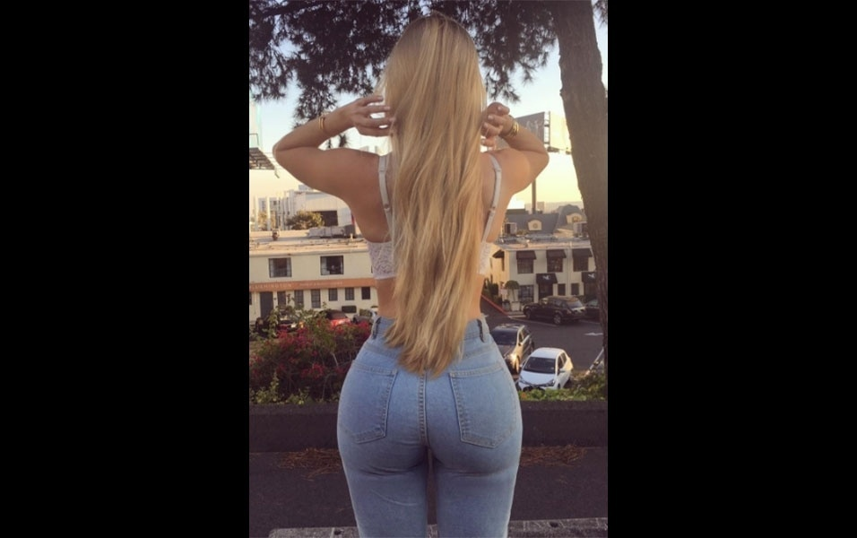 """3.dez.2016 - Em outra foto, Amanda Lee aparece com o mesmo look, só que de costas. O bumbum """"perfeito e cheinho"""" da loira (como comentou um fã), foi extremamente elogiado pelos seguidores"""