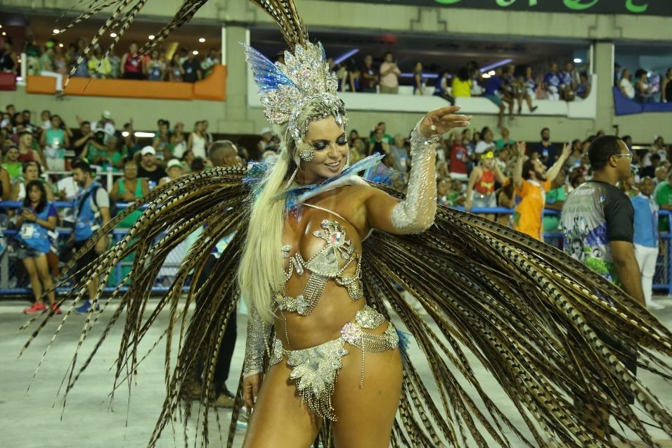 25.fev.2017 - Musa da Acadêmicos da Rocinha, Veridiana Freitas mostrou demais e deixou o seio escapar de sua fantasia durante desfile em homenagem ao carnavalesco Viriato Ferreira