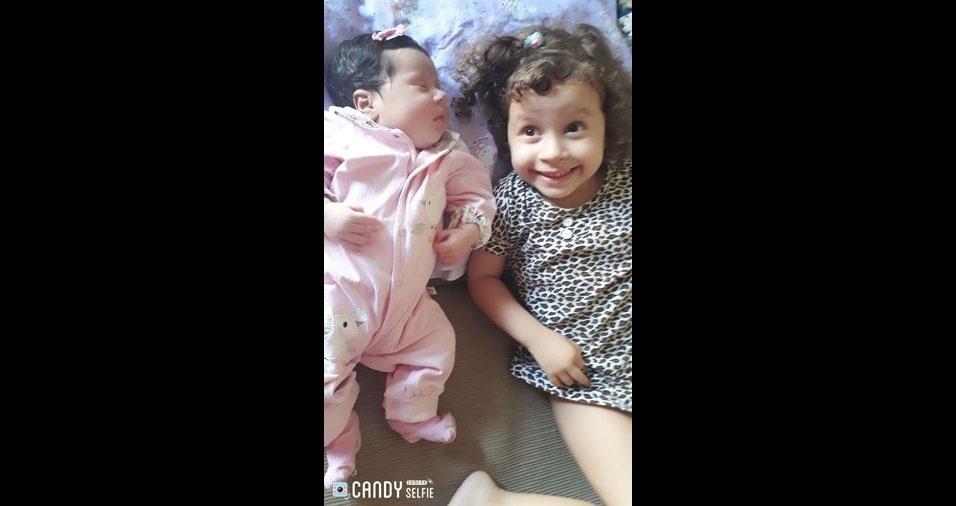 O pai Alan enviou foto das filhas Gabriela e Geovana