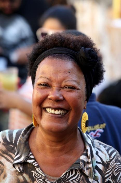 20.mai.2016 - Samba na feira. Sorrisos se espalham durante a cantoria do Samba Na Feira, na zona norte de São Paulo