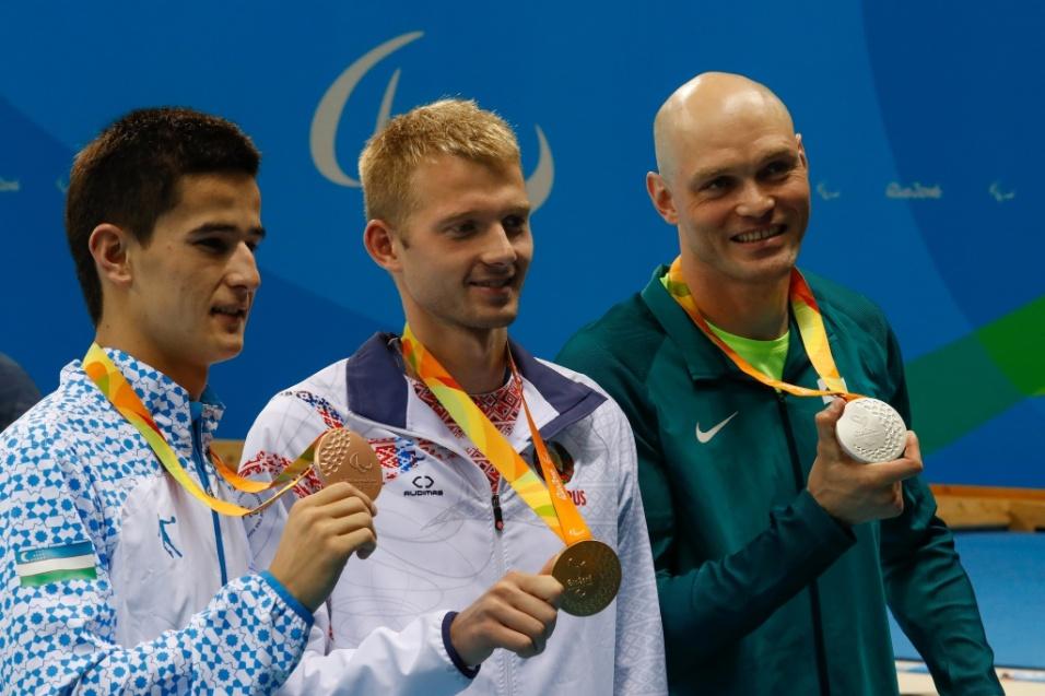 14.set.2016 - Carlos Farrenberg (dir.) mostra a medalha de prata conquistada nos 50 metros livre, classe S13 da natação. Com 24s17, o nadador só perdeu para os 23s44 do bielorrusso Ihar Boki (centro)
