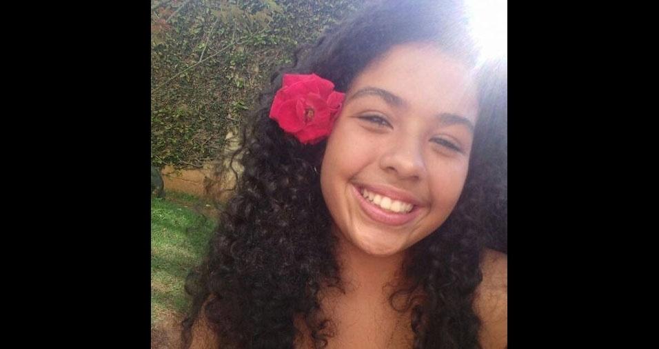 Linda a flor no cabelo e o sorriso da Marya Eduarda, filha da Daniela