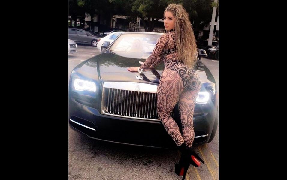 29.set.2016 - Em outra foto publicada no Instagram, a modelo Kathy Ferrero aparece vestindo um macacão colado e se debruça sobre um carro de luxo