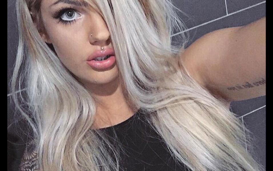 8.dez.2016 - Bailey sensualiza em foto postada no Facebook. A jovem leiloou uma parte de seu bumbum para tatuar uma marca