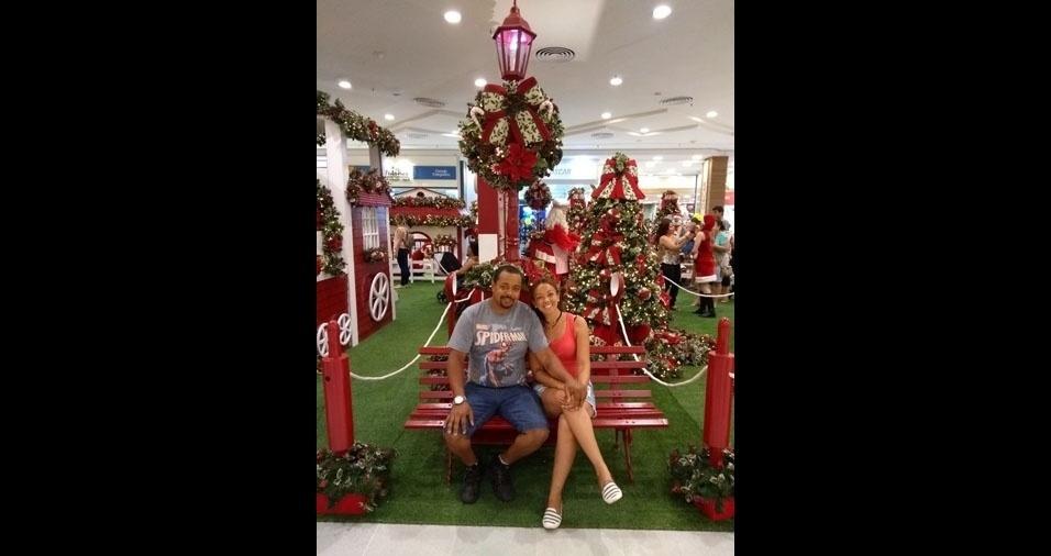 Ana Paula Da Silva e Marcio Augusto em clima de Natal no Shopping Center localizado em São José dos Campos (SP)