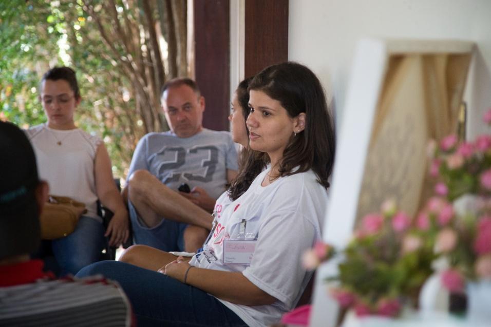 """Grupo Sobre Viver. Segundo Flávia, o trabalho do Grupo SovreViver é baseado em três pilares: acolhimento, escuta e incentivo. """"No primeiro momento, essa mãe precisa ser abraçada, deve ser colocada no colo e ouvir que é difícil, que vai doer demais"""", afirma a coordenadora do grupo"""
