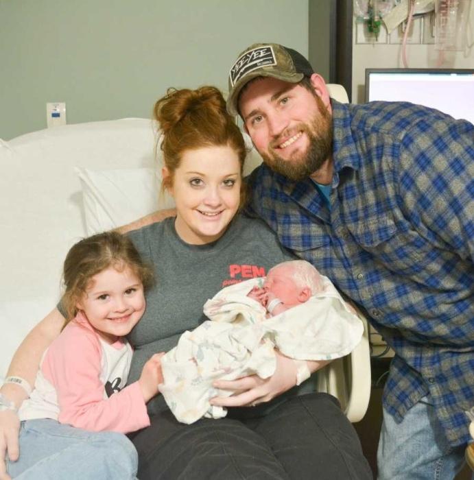 A família reunida na maternidade com a bebê albina Noralynn