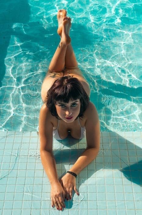 Larissa Maxine mostra suas curvas em ensaio para a revista Sexy
