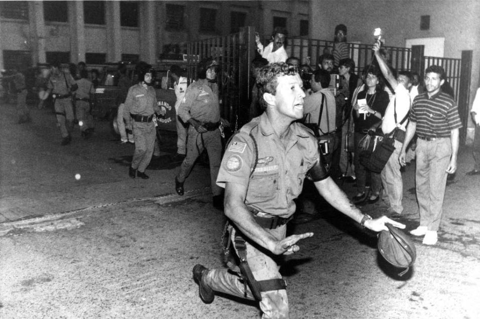 2.out.1992 - Policial deixa o presídio em rebelião na Casa de Detenção do Carandiru, zona norte de São Paulo