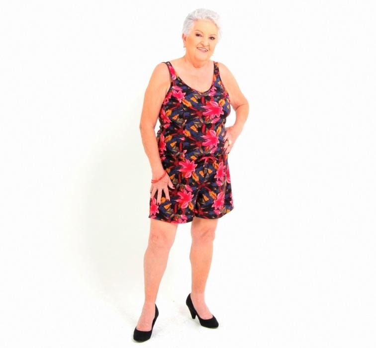 8.abr.2016 - ?Antigamente, as mulheres mais velhas se sentiam obrigadas a esconder sua sensualidade. Mas os tempos mudaram, ainda bem. Hoje elas exalam vitalidade e querem se sentir cada vez mais bonitas, elegantes e sensuais?, afirma a consultora de moda Mônica Casareggio. Na imagem, a aposentada Jandira Vannucci, 76 anos, usa um macaquinho floral