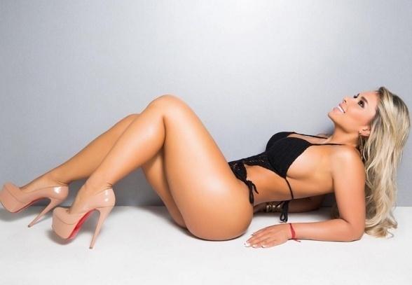 2.mai.2016 - A modelo Rafaela Ravena é a capa de maio da revista Sexy de maio. A gata, que possui 600 ml de silicone em cada um dos seios, promete deixar os fãs satisfeitos com a publicação
