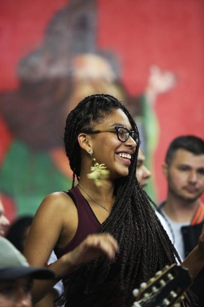 Jovem entra no suingue da batucada da roda de samba Maria Cursi, que reúne amantes do samba e moradores de São Mateus, bairro da zona leste de São Paulo. Os encontros acontecem todos os sábados, às 21h