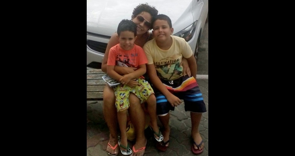 Os filhos Matheus e Miguel com a mamãe Débora