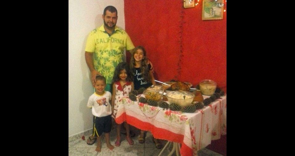 Willian comemorando o Natal com os filhos Giovanna, Gabrielly e Wesley
