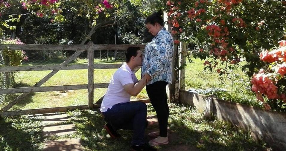 Gabriela Genesini com o marido Anderson esperando pela Helena, de Fernandópolis (SP)