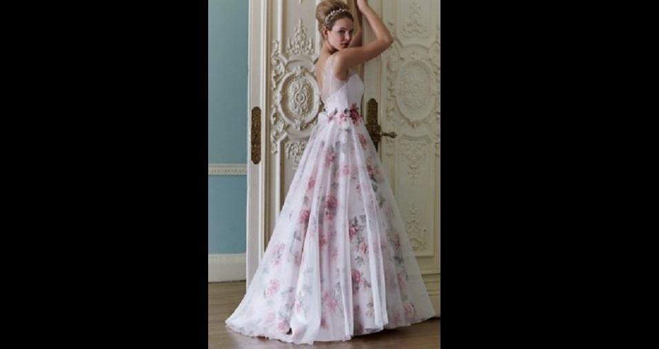 11. Detalhes em outros tons e cores podem ser uma pedida para quem quer dar uma colorida no vestido de noiva, mas sem exagerar. Rosas vermelhas compondo o modelo, por exemplo, parecem ser uma ótima saída