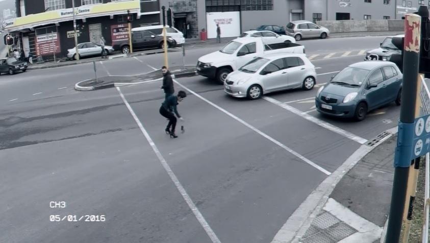 Atravessar e mexer no celular é sempre um perigo.