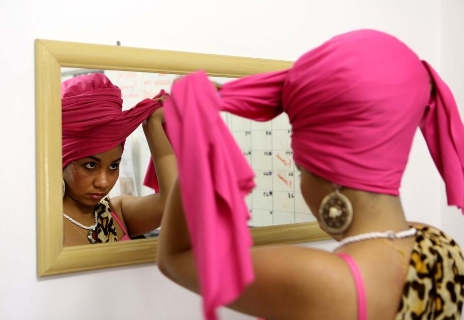 Com o tecido em mãos, Denise começa a se transformar em princesa com o turbante, uma espécie de coroa ancestral que as meninas usam como referência ao país que trouxe os negros ao Brasil há muitos anos atrás