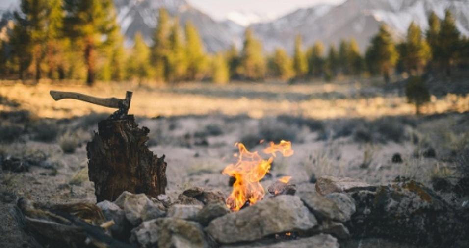 4. Uma das paixões do bombeiro é acampar. Logo, para passar a noite e se esquentar, ele é responsável por acender fogueiras