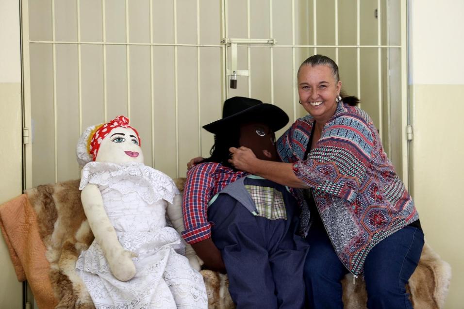 Professora Cibele. Os bonecos da família Abayomi começaram a ser confeccionados pela própria diretora Cibele Racy. Ela cuida com carinho e cuidado das figuras de afeto da escola