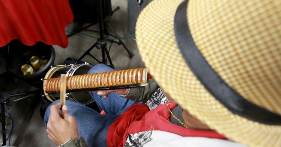 O instrumento chamado macumba é tocado por Roberto Alemão, que ajuda a completar o batuque da Maria Cursi. A roda de samba acontece todo sábado na comunidade de São Mateus, em São Paulo
