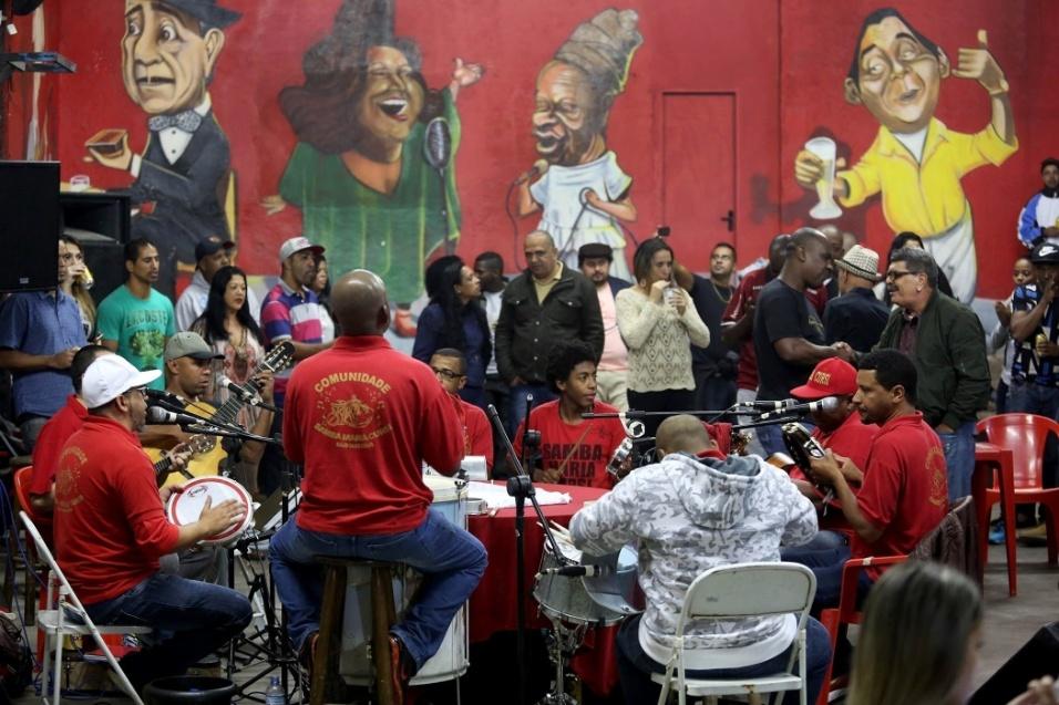 """Os sambistas do Maria Cursi vão, aos poucos, integrando os jovens da comunidade para tocar samba com os adultos. """"São eles que vão carregar a bandeira do samba para as gerações futuras quando não estivermos mais aqui"""", afirma o músico e vocalista do grupo Madureira"""