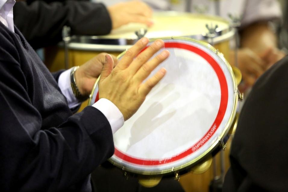 Pandeiro agrega a batucada do Samba da Vela em um time de músicos que acompanham os compositores que levam obras autorais para o Samba da Vela
