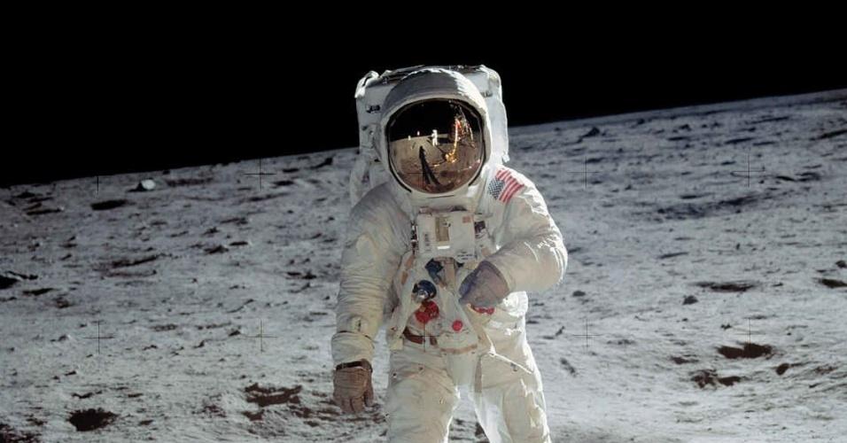 20.jul.1969 - Segundo homem a pisar na Lua, Buzz Aldrin foi imortalizado pelo primeiro, Neil Armstrong, que carregava uma câmera 70 milímetros Hasselblad, ao ser fotografado com o espaço ao fundo, sem a nave que os carregou até ali ou a bandeira dos Estados Unidos. Sem qualquer pretensão de heroísmo, a foto parece um registro de viagem como outro qualquer, com o fotógrafo Neil refletido no capacete de Aldrin, na maior aventura do homem do século XX