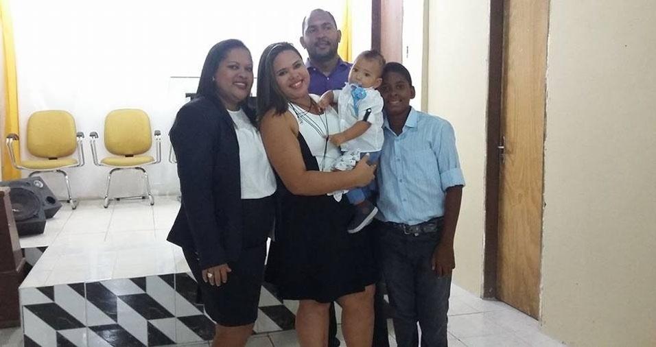 Mamãe Rosineide Pereira de Araújo com os filhos Bruna e Bruno, o neto Benjamim e o genro Jamerson