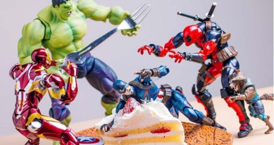 """1. Não importa se você é fã dos heróis ou dos vilões, vamos supor que o que acontece em """"Toy Story"""" fosse real e os brinquedos ganhassem vida! É isso o que o fotógrafo japonês Hot.kenobi faz ao """"dar vida"""" a seus brinquedos em ações muito divertidas no Instagram. Se fosse pudesse ser dar vida a um desses bonecos, como ele aproveitaria o dia de vida? Estaria pronto para devorar um bolo de aniversário?"""