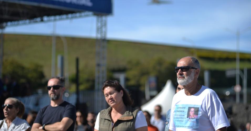 Familiares das vítimas do acidente acompanharam as homenagens às vítimas do acidente com o voo JJ3054, enquanto aviões decolavam do Aeroporto de Congonhas
